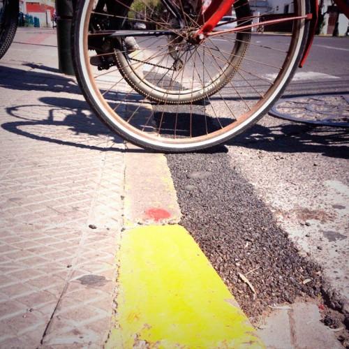 Desnivel en el terreno corregido con asfalto