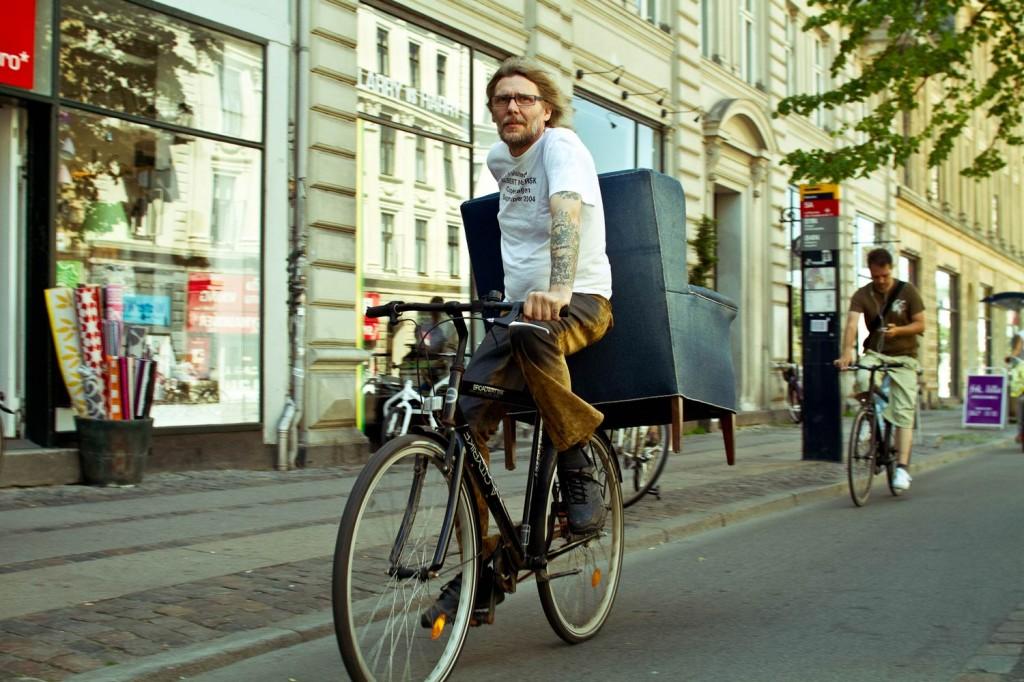 Un hombre danés pedalea transportando un sillón