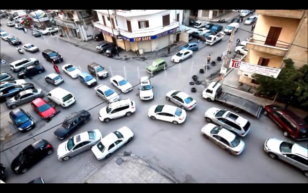 Interseccion colapsada de autos producto de la congestión