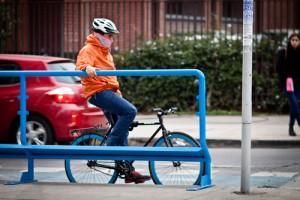 Baranda en operación en la ciclovía de calle Rosas, Santiago Centro